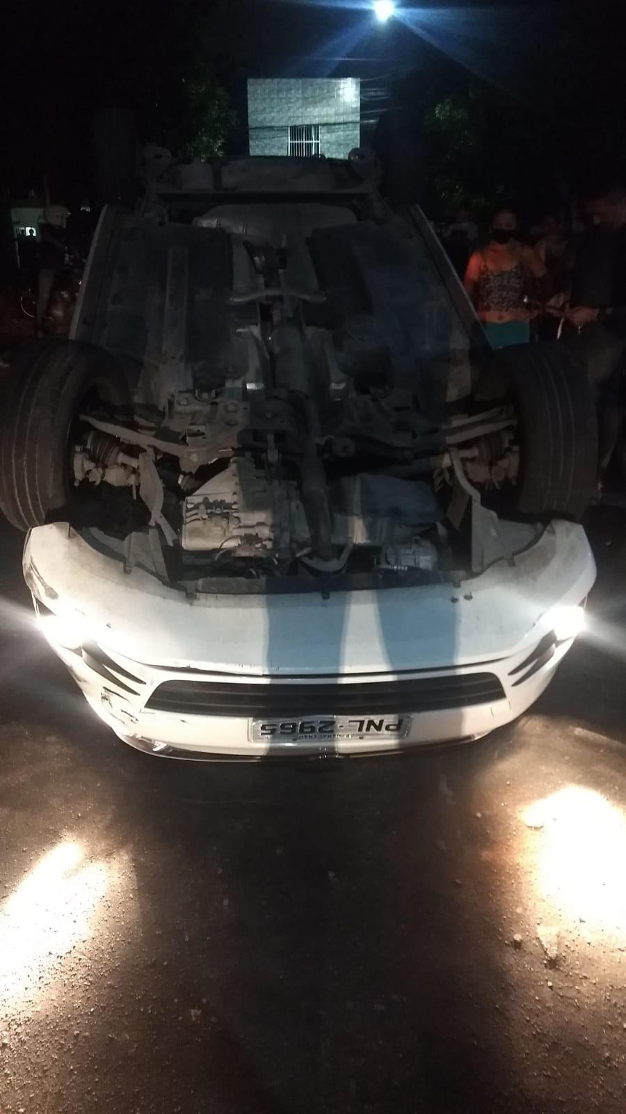 Após assaltar motorista de aplicativo, criminosos capotam carro da vítima e fogem, em Fortaleza