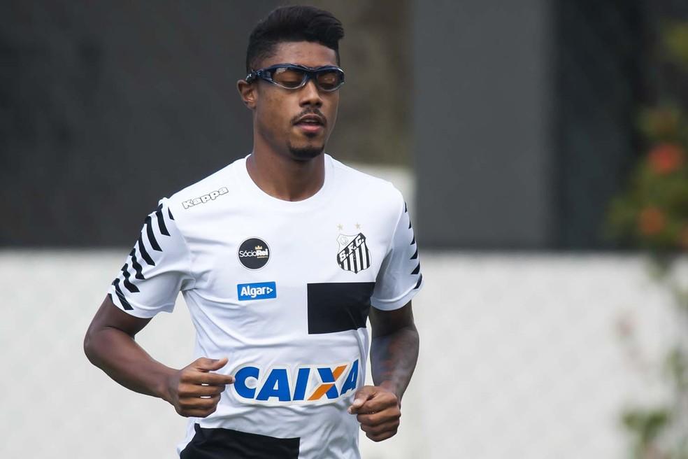 Com a lesão sofrida no olho, Bruno Henrique passou um período com um óculos adaptado para a prática esportiva (Foto: Ivan Storti/Santos FC)