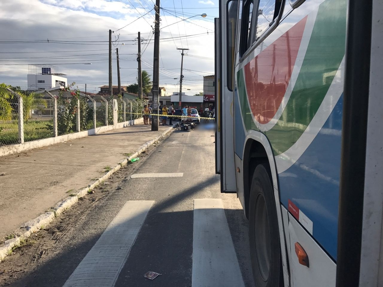 Homem morre e uma mulher fica ferida após acidente em ônibus e moto em João Pessoa