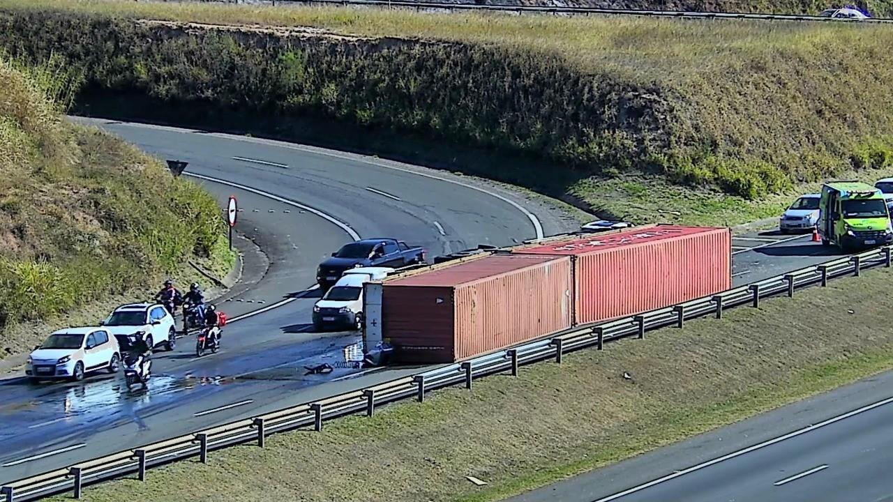 Caminhão com dois contêineres tomba na Rodovia D. Pedro I e provoca interdição em Campinas