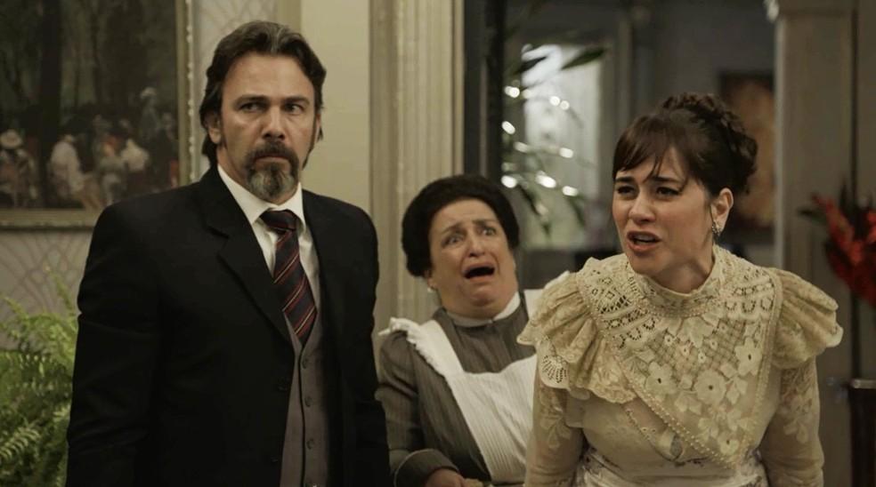 Mas Susana não abaixa a cabeça e sai da mansão jurando vingança  (Foto: TV Globo)