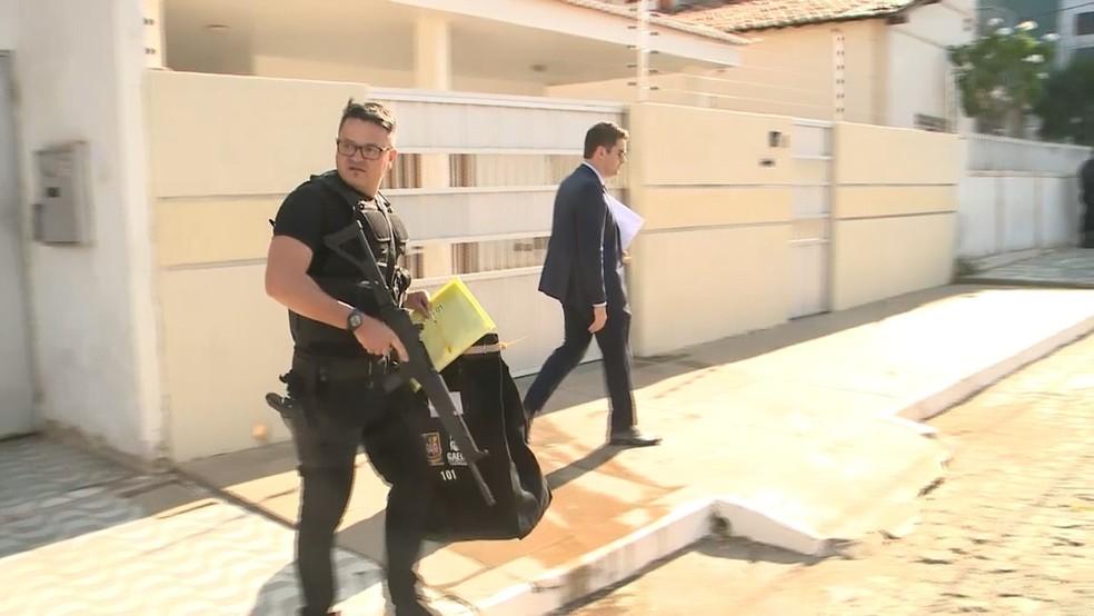 Operação investiga corrupção entre policiais e cumpre mandado em Sousa, no Sertão da Paraíba (Foto: Beto Silva/TV Paraíba)
