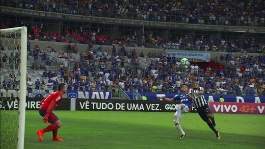 """Fábio Santos espera que vitória no clássico """"vire a maré"""" do Galo na reta final de 2017"""