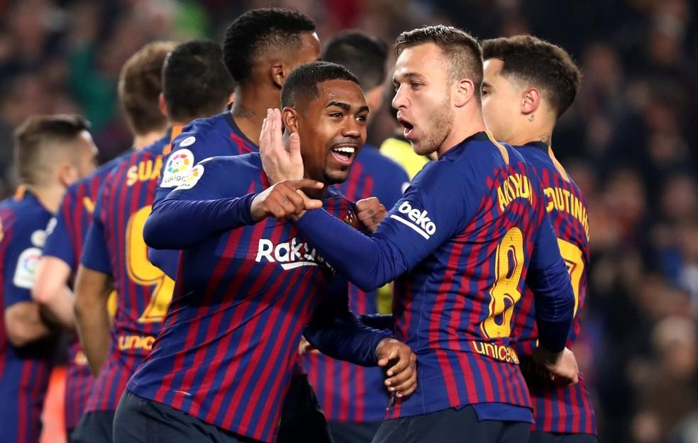 Malcom e Arthur comemoram vitória do Barcelona sobre o Real Madrid durante a temporada — Foto: Reuters