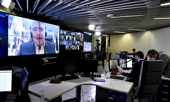 O senador Eduardo Girão no telão do sistema do Senado de votação à distância