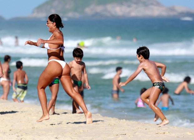 Juliana Paes se diverte em praia com o filho Pedro (Foto: Dilson Silva/Agnews)