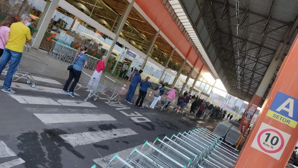 Moradores de Franca , SP, formam filas em supermercados após prefeito decretar fechamento — Foto: Redes Sociais