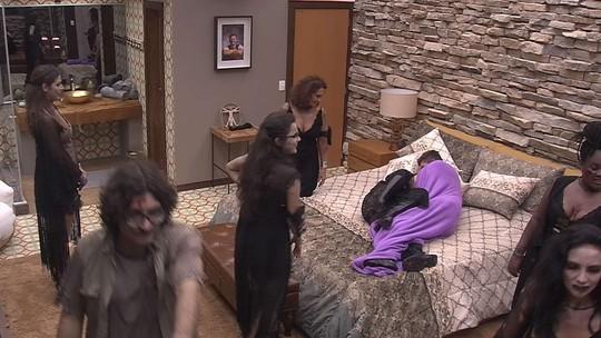 Marcos abraça Claudia Ohana e Emilly brinca: 'Na minha frente'