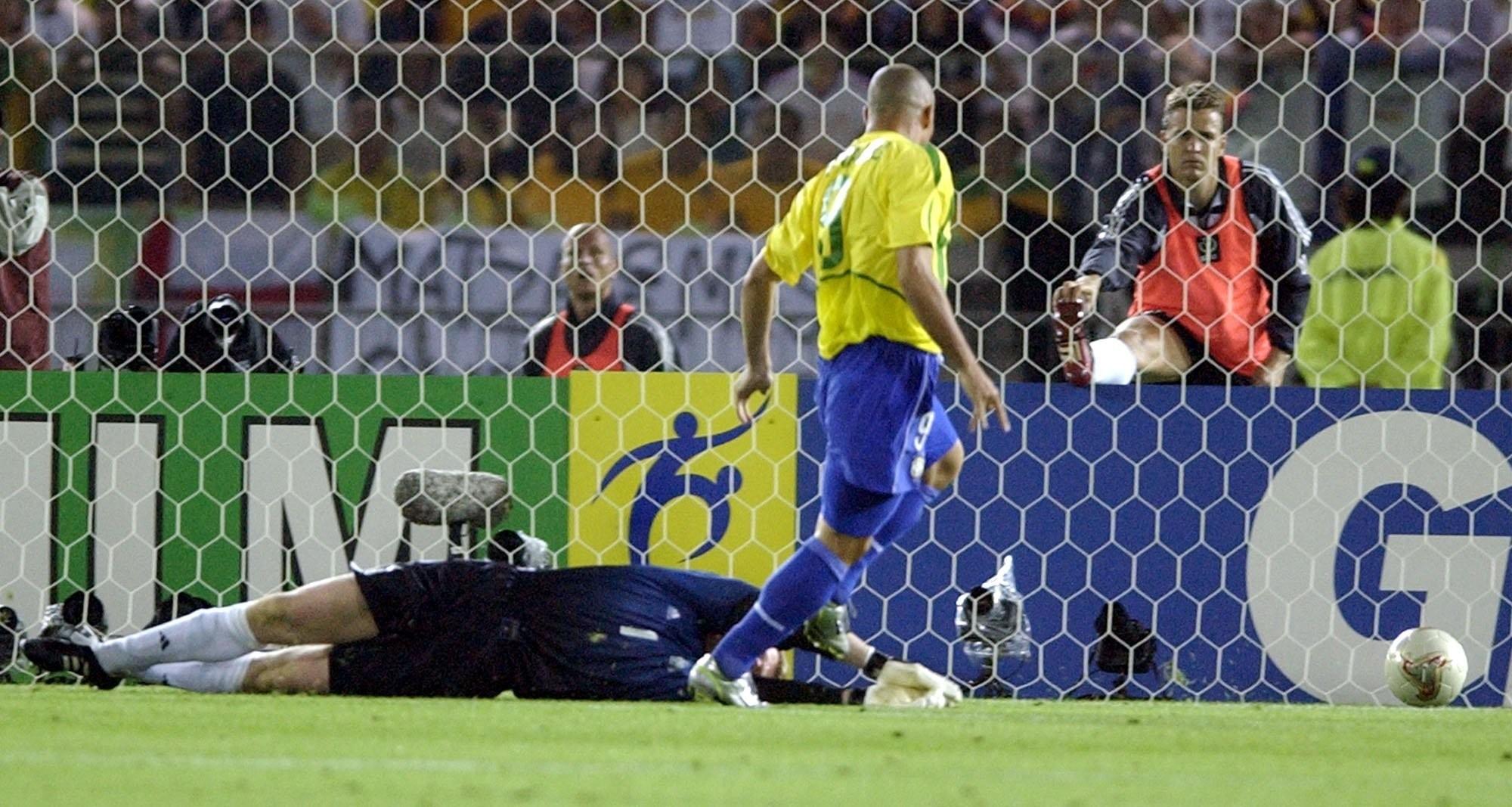 Ronaldo marca o primeiro gol do Brasil na decisão