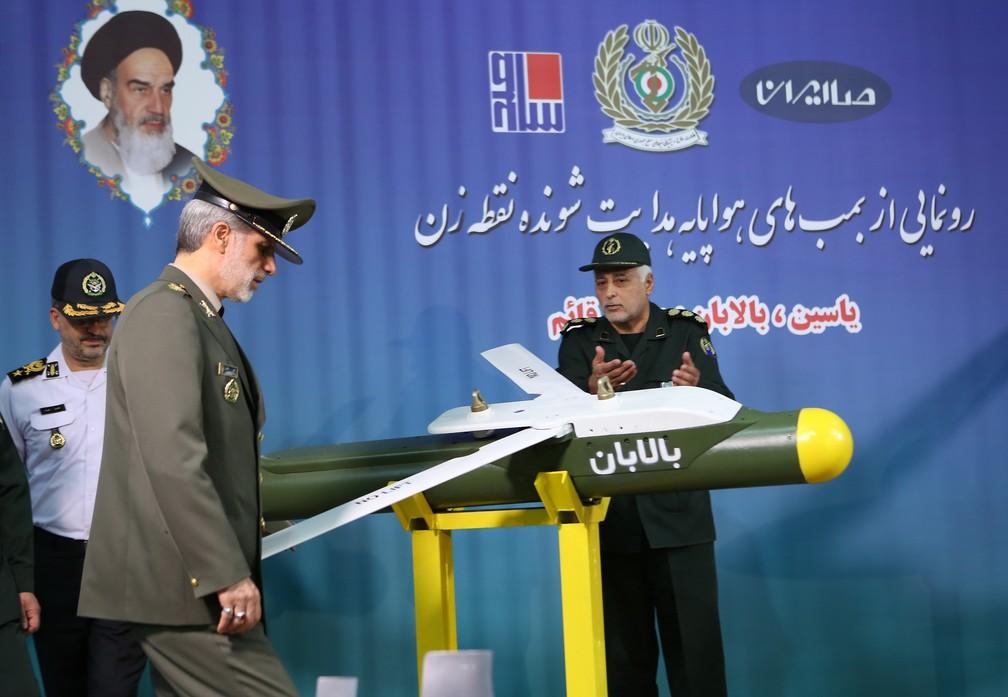 Ministro de Defesa do Irã, Amir Hatami, ao lado de um dos três novos mísseis desenvolvidos pelo país — Foto: Divulgação
