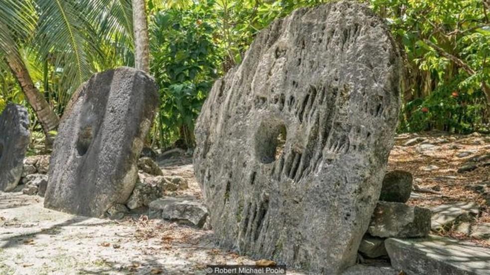 Centenas de moedas de pedra gigantes estão espalhadas pela ilha de Yap  (Foto: Robert Michael Poole)
