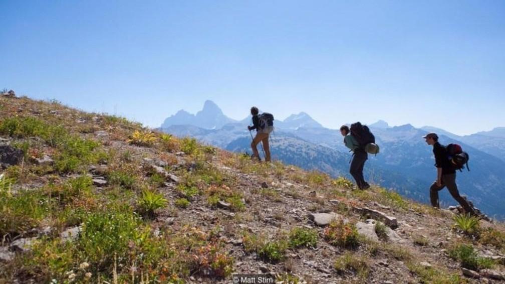 Uma equipe de arqueólogos parte em expedição até o acampamento base das montanhas Teton, nos EUA — Foto: Matt Stirn/BBC