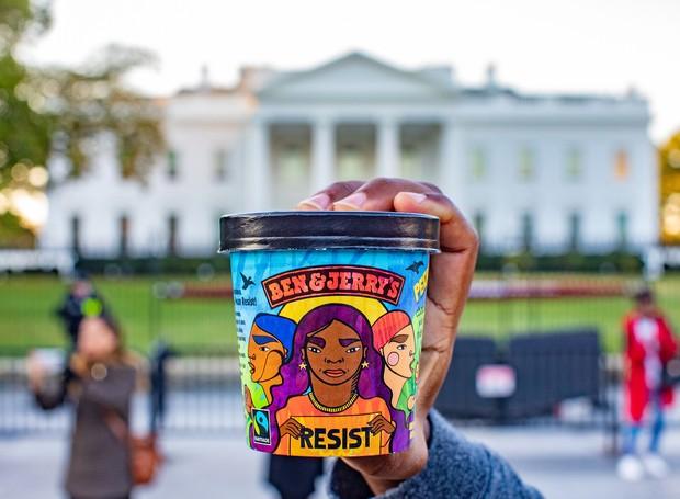 "ben and jerry's launches new anti-trump ice cream flavor called ""Pecan Resist""Credit: Ben & Jerry's (Foto: Ben & Jerry's/ Reprodução)"