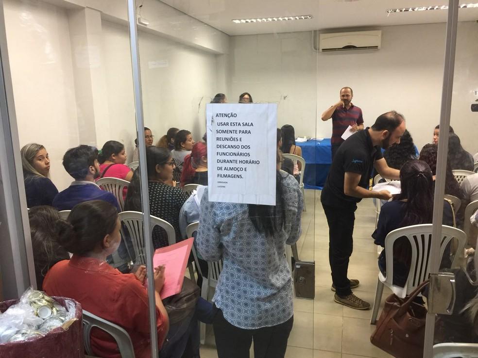 Sala de reuniões teve de ser improvisada para entrevista coletiva (Foto: Graziela Rezende/G1 MS)