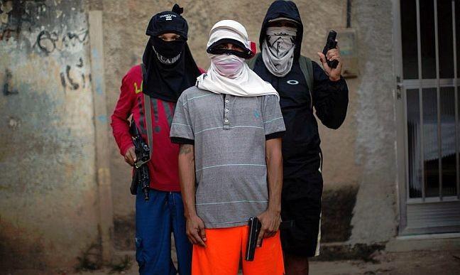 Adolescentes, soldados do tráfico, posam com armas em punho em favela do Rio de Janeiro (Foto: Felipe Dana / AP)