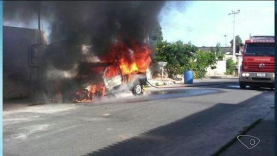 Carro pega fogo em Linhares, mas ninguém fica ferido