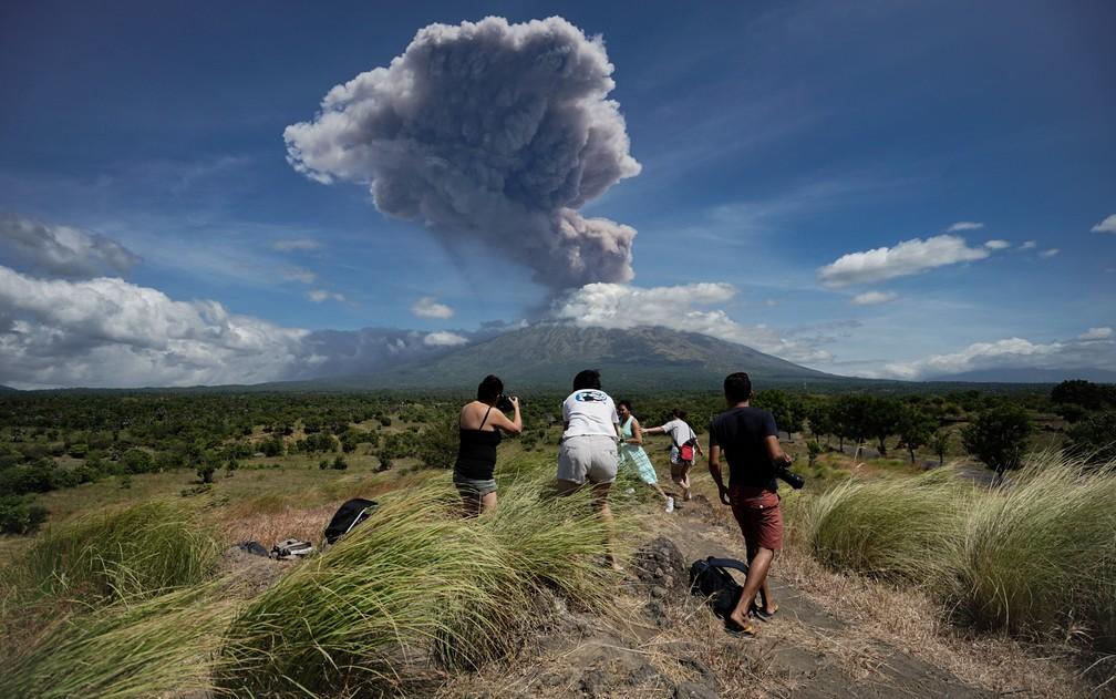 30 de maio - Uma nuvem de cinzas é vista durante a erupção do vulcão do Monte Agung visto do subdistrito de Kubu, na regência de Karangasem, na ilha balneária de Bali, na Indonésia — Foto: Made Alit Suantara/AFP