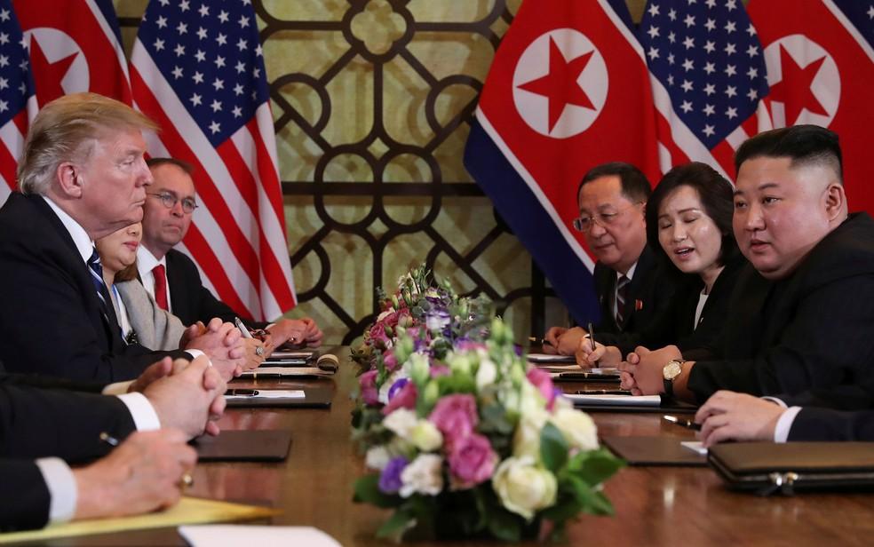 O presidente dos EUA, Donald Trump, e o líder da Coreia do Norte, Kim Jong-um, participam de reunião em Hanói, no Vietnã, na quinta-feira (28) — Foto: Reuters/Leah Millis