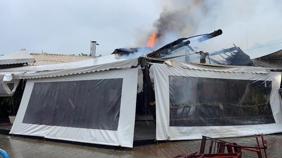 Incêndio atingiu bar no bairro do Imbuí, em Salvador  — Foto: Victor Silveira/TV Bahia
