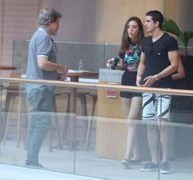 Edson Celulari com Enzo e a nora (Foto: Daniel Delmiro / AGNews)