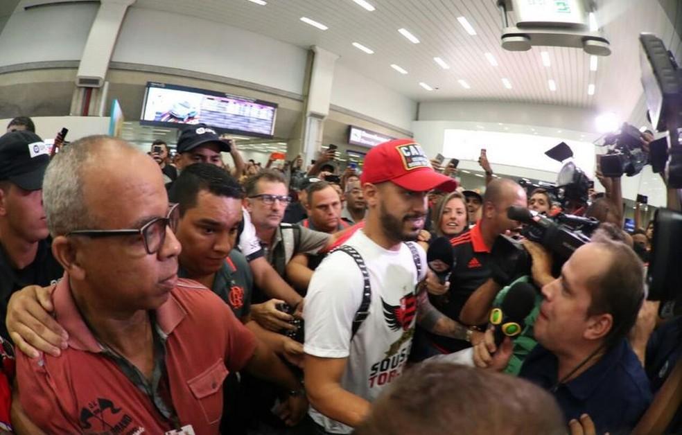 Em 2017, Rômulo foi recebido com festa em aeroporto pela torcida do Flamengo — Foto: Reprodução Twitter Flamengo