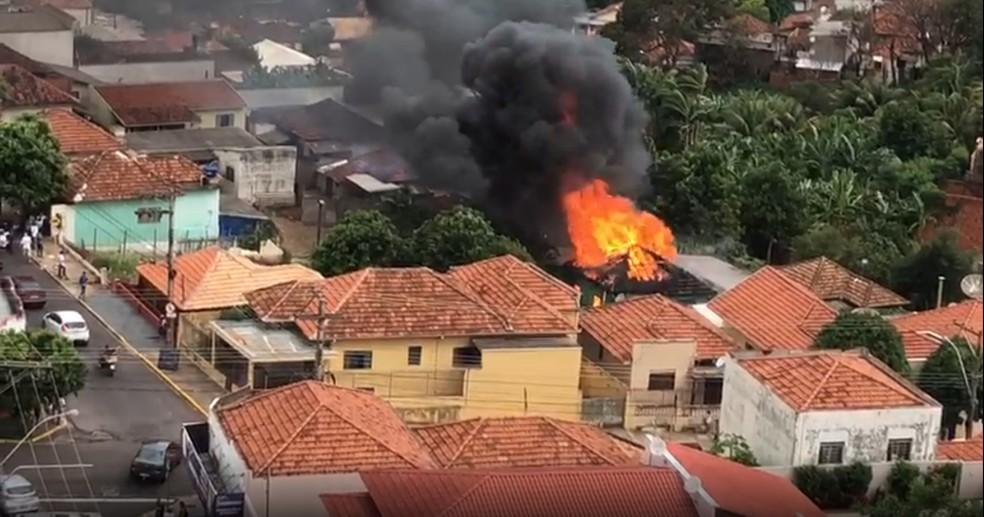 Fogo destruiu casa na Vila Marcondes, em Presidente Prudente — Foto: Luciane Gomes Trevisan