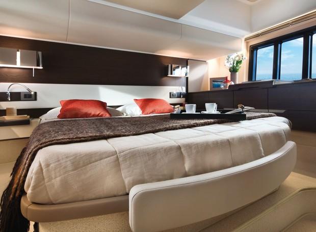 Azimut 56: Há conforto de sobra na cabine da embarcação, que conta ainda com outros dois espaços como esse (Foto: Divulgação)