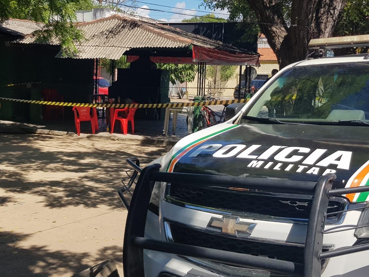 Mulher é morta a tiros na frente de amigos em calçada de bar em Fortaleza