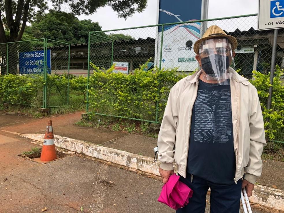 Francisco Pereira Golveia, de 79 anos, recebeu a primeira dose da vacina, nesta terça-feira (9) — Foto: Walder Galvão/G1