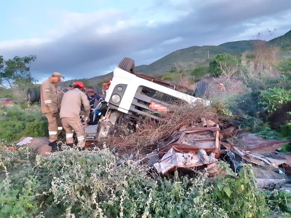 Caminhão capotou na BR-423, em Saloá — Foto: PRF/Divulgação