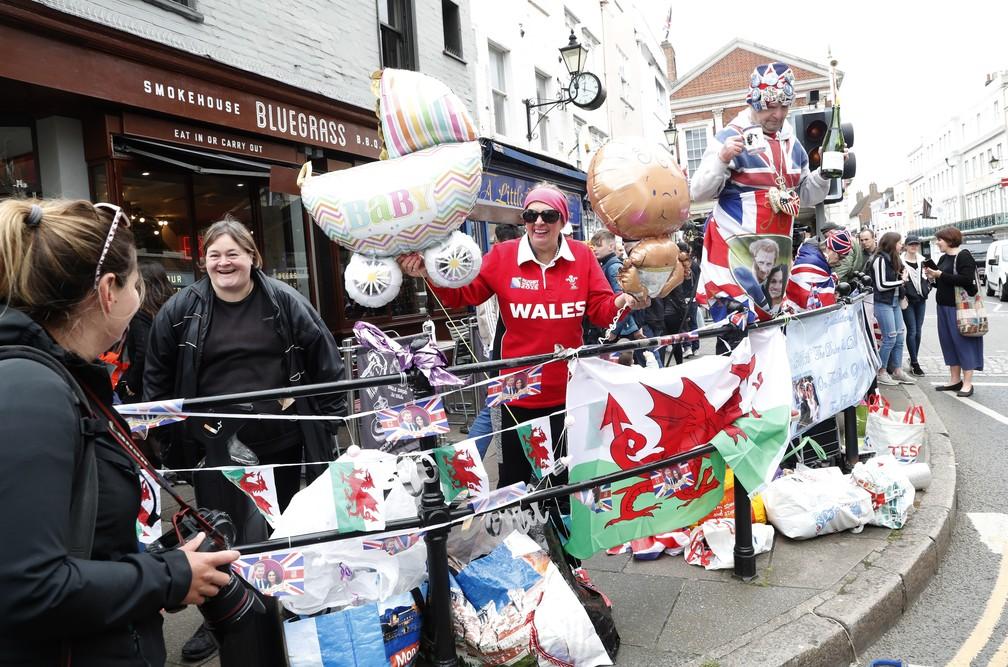Fãs comemoram o nascimento do bebê real em Windsor, na segunda-feira (6). — Foto: Alastair Grant/AP