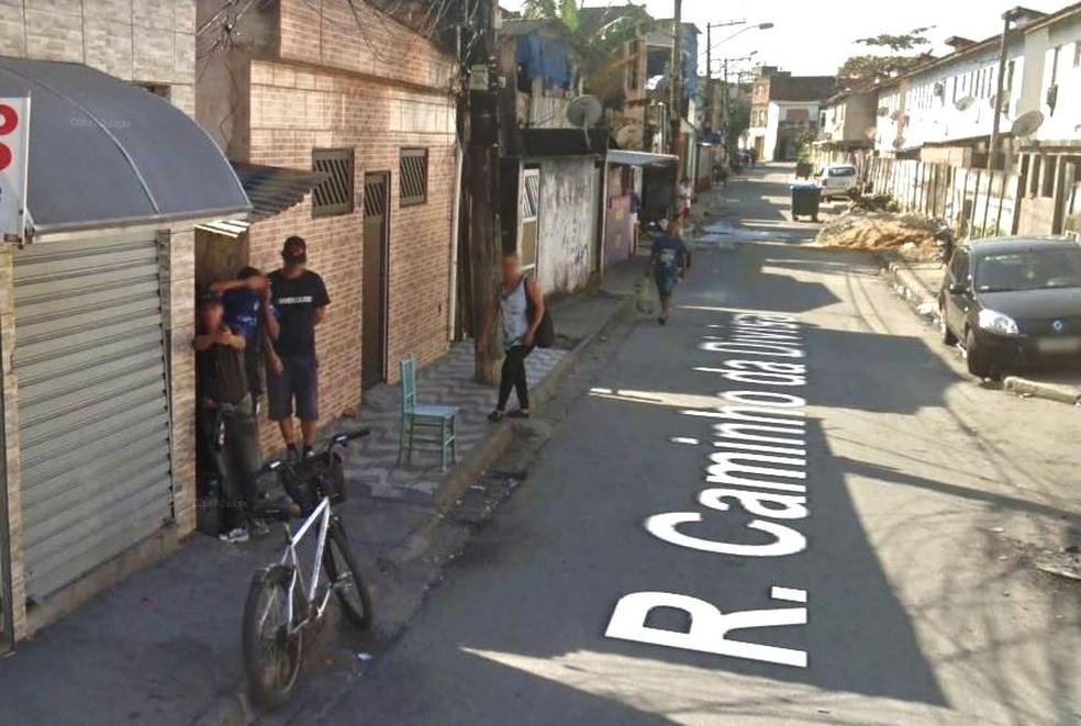 Rapaz segue apontando arma para equipe do Google Street View em Santos, SP (Foto: Reprodução)