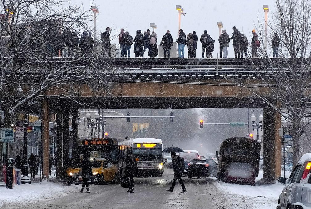 Passageiros aguardavam trem enquanto a neve caía em Chicago, nos EUA, na segunda-feira (28)  — Foto: Kiichiro Sato/AP