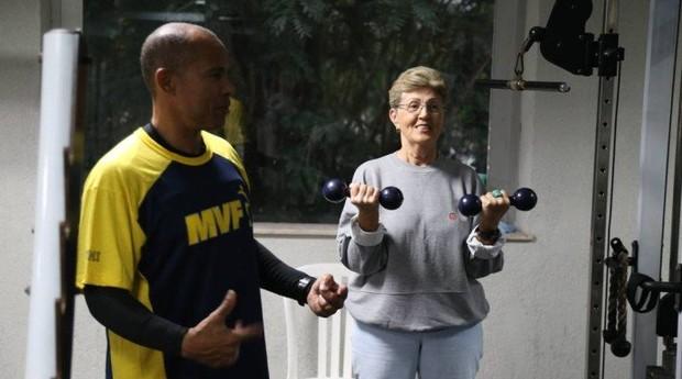 Victório e a aluna Luci na academia do Riviera  (Foto: Reprodução/Agência O Globo)