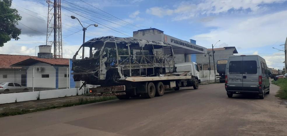 Micro-ônibus fica destruído após motorista atear fogo em Pinheiro (MA) — Foto: Divulgação/Redes sociais