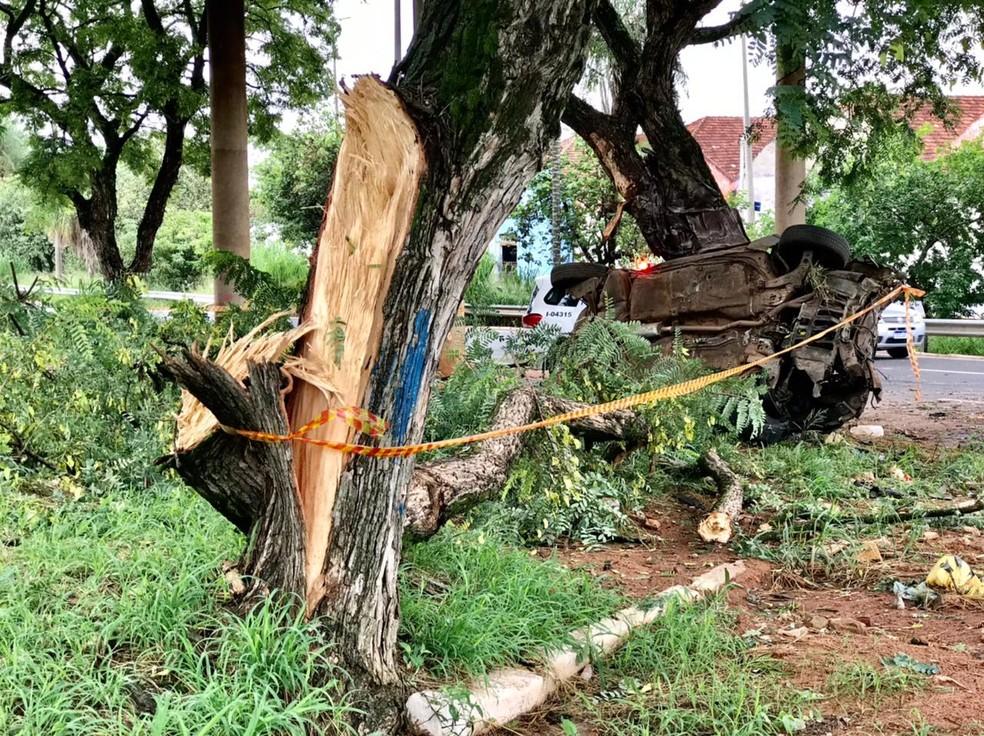 Motorista perdeu o controle próximo ao viaduto da Azarias Leite em Bauru — Foto: César Culiche/TV TEM
