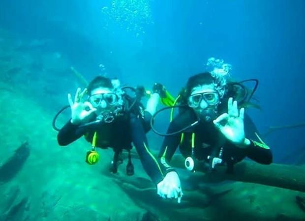 Karina Barros e Camila Benfica mergulham na Lagoa Misteriosa, em Bonito (Foto: Reprodução/Instagram)