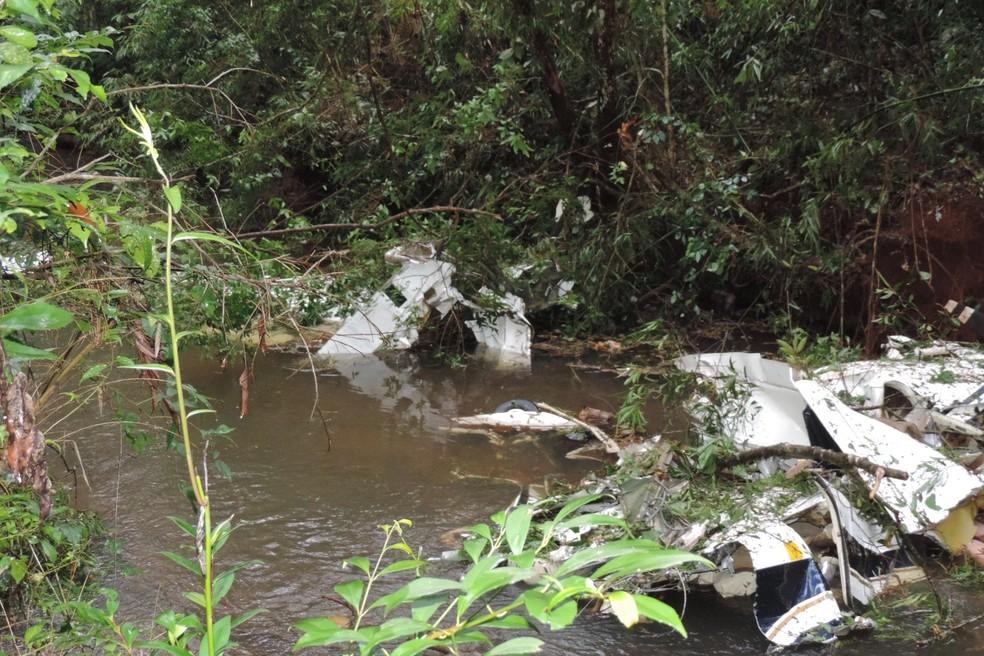 Avião caiu no Rio Macaco, entre Mato Rico e Roncador, na região central do Paraná — Foto: Jorge Tolim/Você e Região