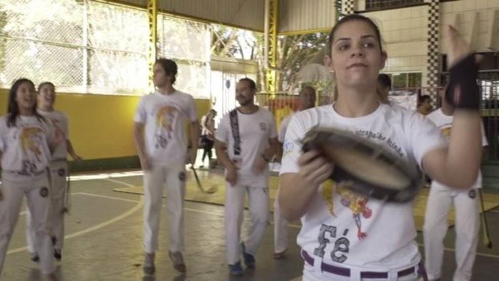 'O pastor com berimbau chega aonde o pastor de terno não chega', diz a professora de capoeira Laís Dutra (Foto: BBC Brasil/Reprodução)
