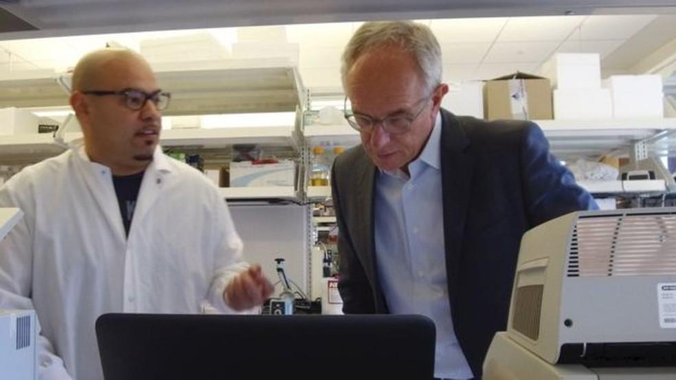 Eric Verdin (à dir.) é cético em relação às transfusões em pessoas que querem retardar a velhice  (Foto: BBC)