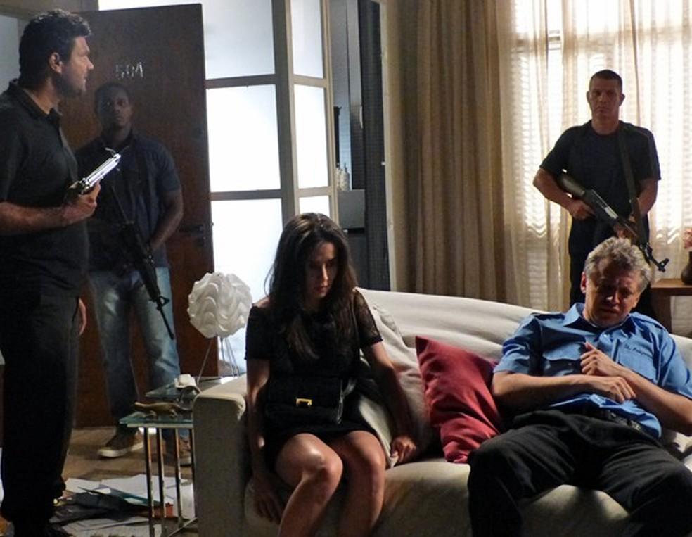 Cora (Marjorie Estiano) e Batista (José Negreiros) ficam na mira de bandidos na casa de Maria Isis (Marina Ruy Barbosa) - 'Império' — Foto: Cláudia Castilho/Globo