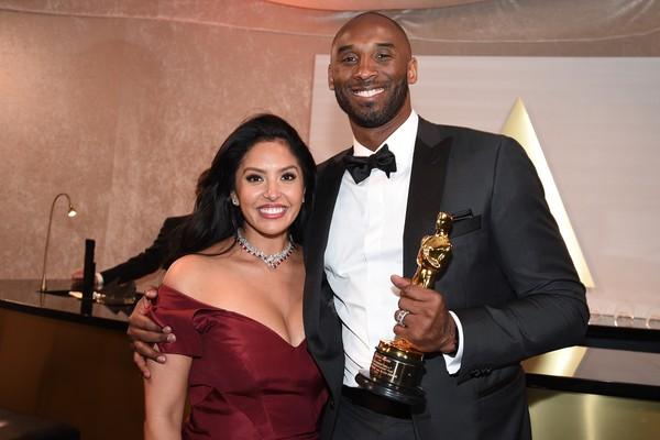 O ex-jogador de basquete Kobe Bryant e sua esposa, Vanessa, com o Oscar vencido por ele (Foto: Getty Images)