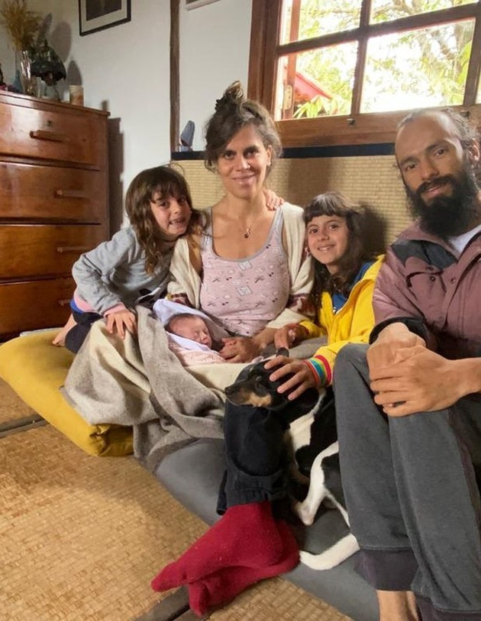 Mariana Maffeis com o marido, Badarik González, e os filhos Joana, Maria e Varuna — Foto: Reprodução/Instagram