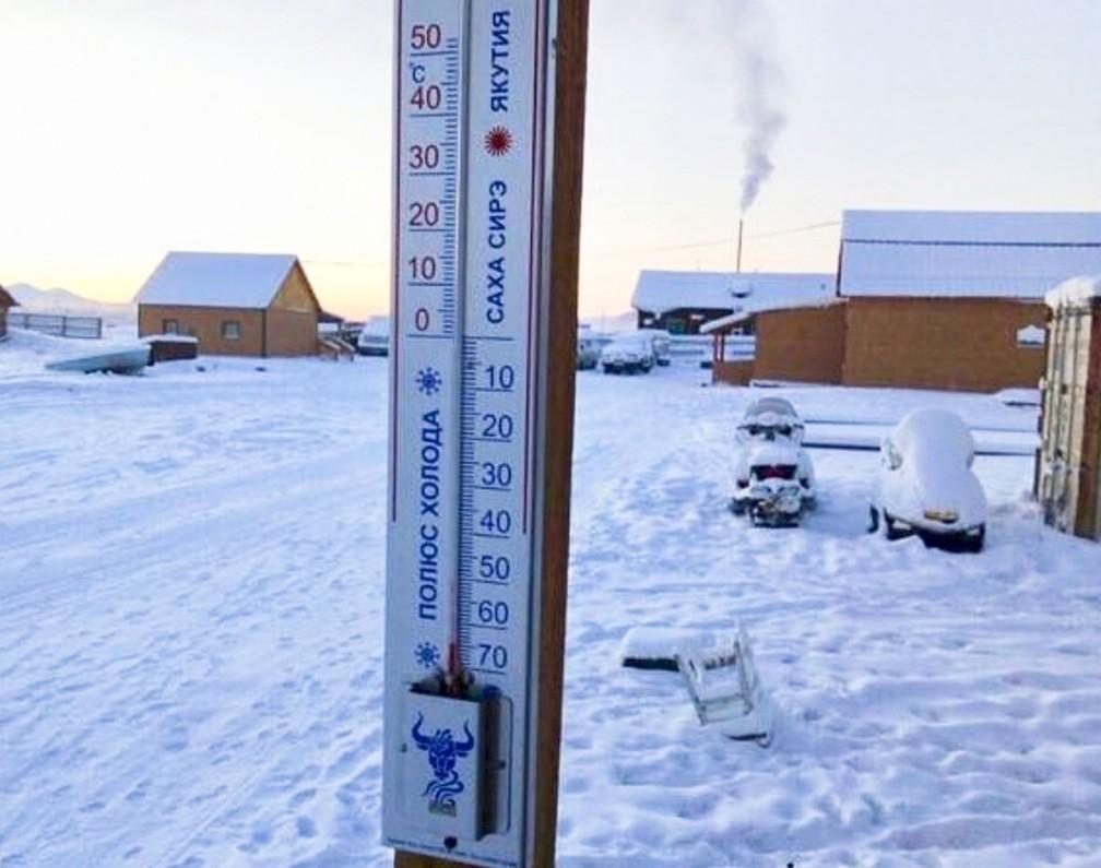 Um termômetro marca temperatura de 65 graus negativos na vila de Tomtor, ao leste de Yakutia, na Rússia, no domingo (14) (Foto: sakhalife.ru photo via AP)