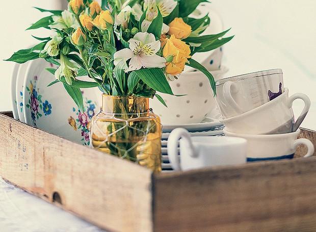 O caixote de frutas serve de apoio para pratos, pires e xícaras. O vasinho dá bossa à composição (Foto: Rogério Voltan/Editora Globo)