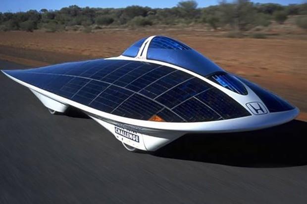 Um carro que participa da corrida no deserto da Austrália. Cada veículo só pode ter até 6 metros de placas para captar energia (Foto: Portal Solar)