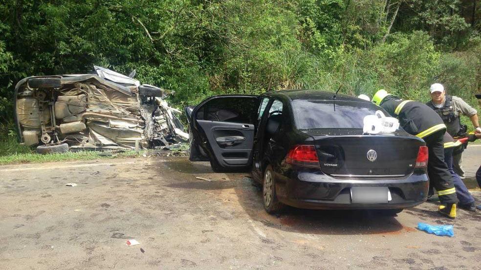 Veículo onde estavam três da vítimas fatais (Foto: Eduardo Godinho/Rádio Aurora)