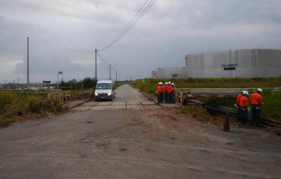 Peritos criminais da Polícia Federal foram até a Refinaria Abreu e Lima, no Grande Recife, para analisar se houve crime ambiental devido ao vazamento — Foto: Polícia Federal/Divulgação