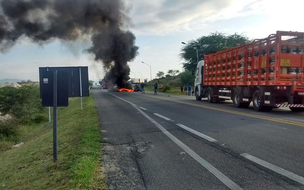 Bloqueio feito por manifestantes em Jequié, no sudoeste da Bahia (Foto: Divulgação/ ViaBahia)