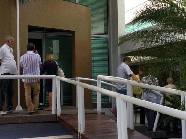 Velório do delegado Aldizio Ferreira ocorre Funerária Ethernus, no Bairro Aldeota, em Fortaleza. Amigos e familiares se despendem do delegado (Foto: Marina Alcântara/TV Verdes Mares)